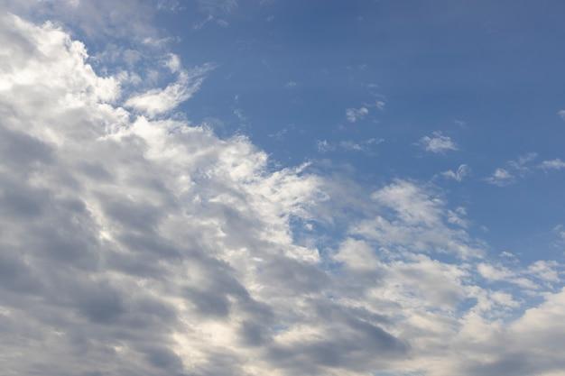 Piękne puszyste chmury i niebo w tle