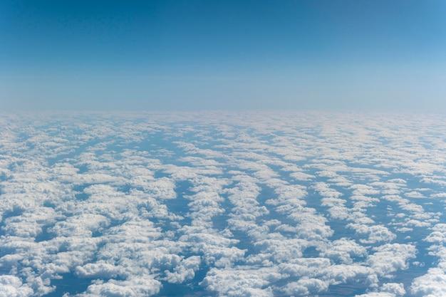 Piękne puszyste chmury widziane z samolotu