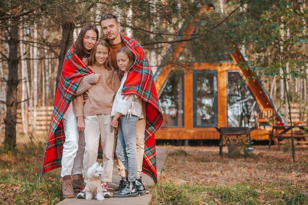 Piękne rodzinne spacery w ciepły jesienny dzień