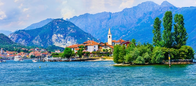 Piękne romańskie jezioro lago maggiore - wyspa