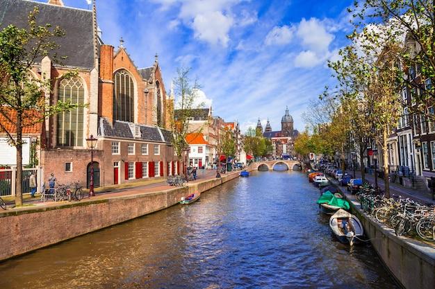 Piękne romantyczne kanały w amsterdamie w holandii