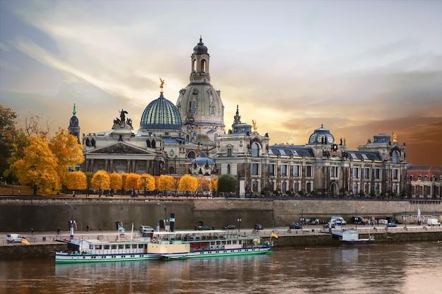 Piękne romantyczne miasto drezno na zachód słońca. zabytki niemiec