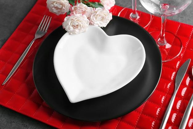 Piękne romantyczne ustawienie stołu z kwiatami