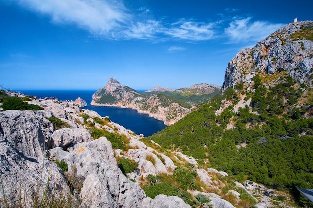 Piękne romantyczne widoki na morze i góry. cap de formentor - wybrzeże majorki, hiszpania - europa.