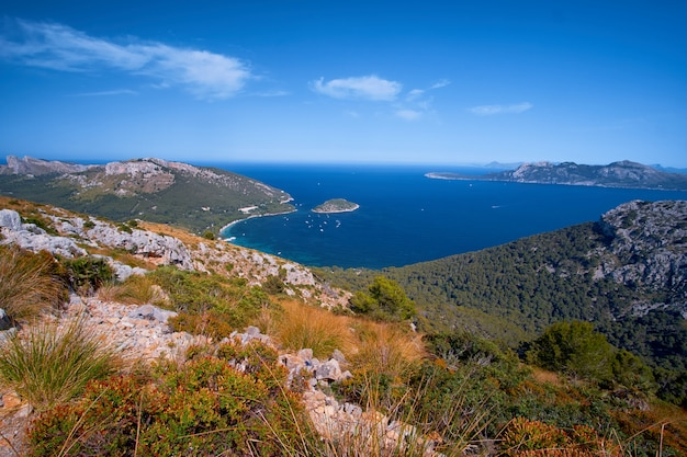 Piękne romantyczne widoki na morze i góry