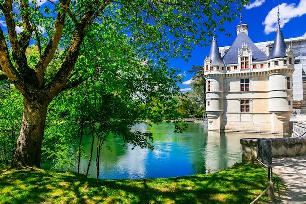 Piękne romantyczne zamki słynnej doliny loary. azay-le-redeau. francja