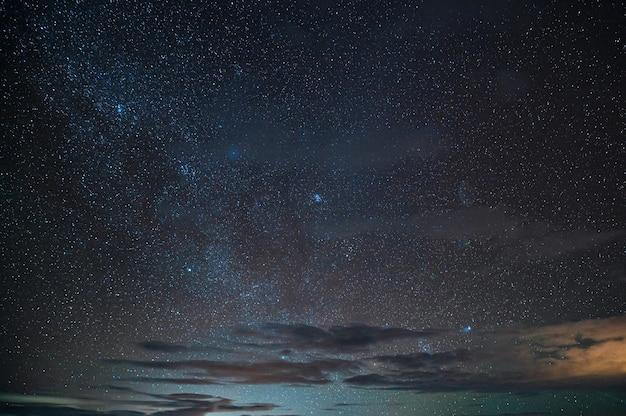 Piękne Rozgwieżdżone świecące Na Nocnym Niebie Premium Zdjęcia