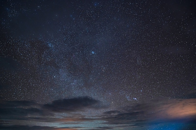 Piękne rozgwieżdżone świecące na nocnym niebie