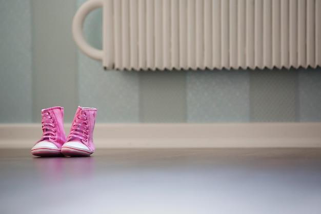 Piękne różowe buciki na podłodze