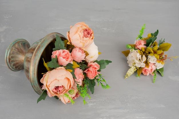 Piękne różowe i białe kwiaty w wazonie.
