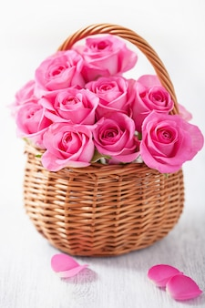 Piękne różowe róże w koszu