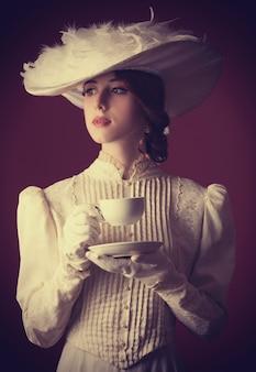 Piękne rude kobiety z filiżanką herbaty