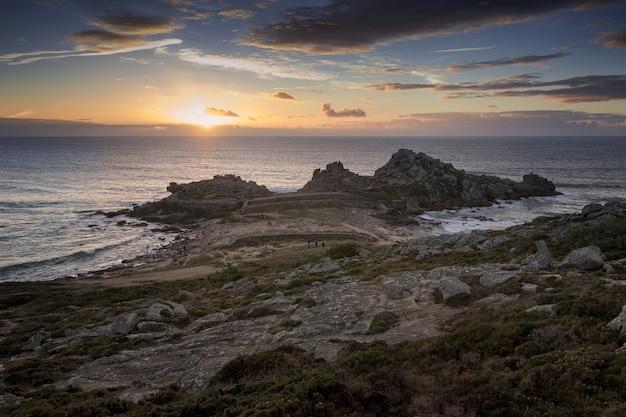 Piękne ruiny castro de barona na wybrzeżu galicji w hiszpanii o zachodzie słońca