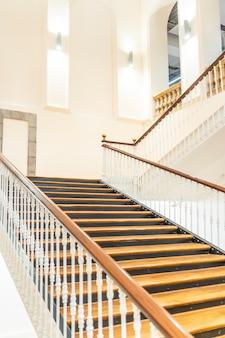 Piękne schody w budynku tabakalera w san sebastiă sebastn