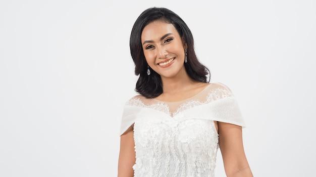 Piękne sexy azjatyckie tan skóry kobieta w sukni panny młodej na białym tle.