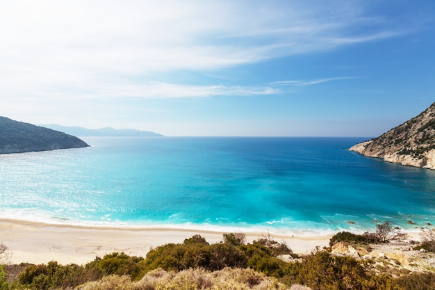 Piękne skaliste wybrzeże w grecji