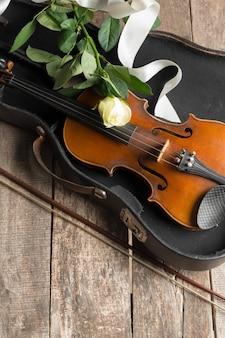 Piękne skrzypce z różą i wstążką