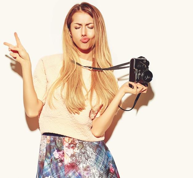 Piękne słodkie blond kobieta w ubrania hipster