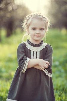 Piękne słodkie dziewczyny w ogrodzie cieszą się nadejściem wiosennych sukienek w stylu vintage koncepcja czułości dzieciństwa