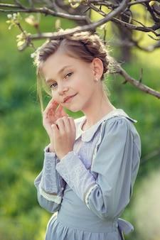 Piękne słodkie dziewczyny w ogrodzie cieszą się nadejściem wiosennych sukienek w stylu vintage