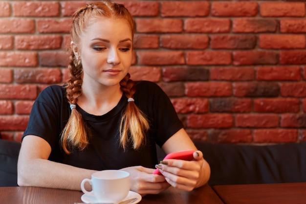 Piękne słodkie kaukaski młoda kobieta w kawiarni