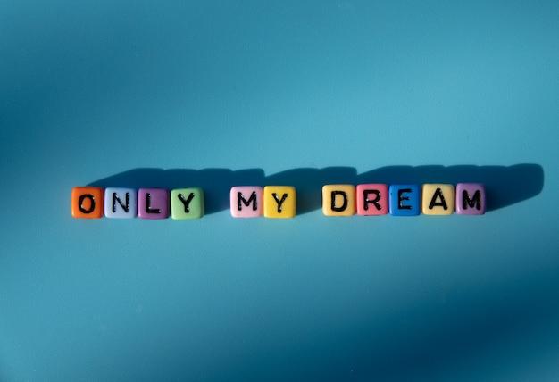 Piękne słowo tylko moje marzenie na niebieskim tle