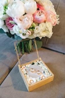 Piękne ślubne obrączki ślubne na stole