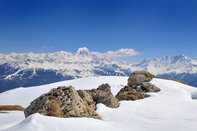 Piękne śnieżne góry alpejskie