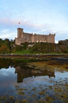 Piękne spojrzenie na zamek dunvegan z odbiciem w loch