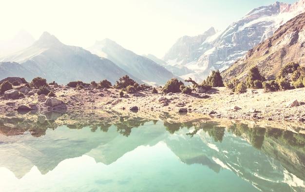 Piękne spokojne jezioro w górach fanns (oddział pamir) w tadżykistanie.