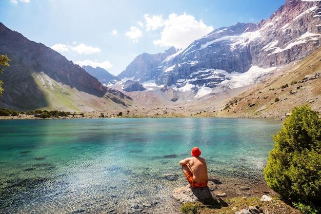 Piękne spokojne jezioro w górach fanns (oddział pamiru) w tadżykistanie.