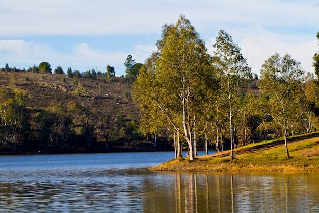 Piękne spokojne jezioro