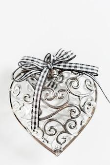 Piękne srebrne serce ze wstążką