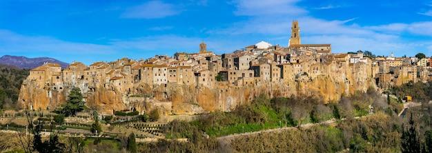 Piękne średniowieczne miasto pitigliano na skałach tufowych w toskanii