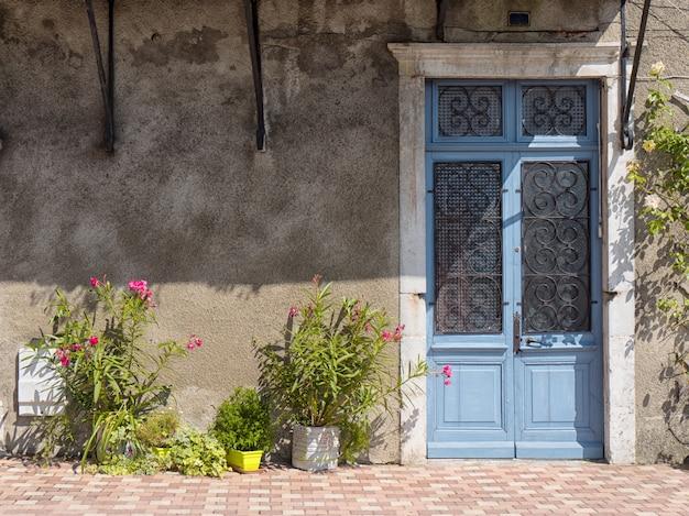 Piękne stare drzwi pomalowane na niebiesko