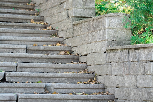 Piękne stare kamienne schody diabaz z naturalnego ciemnego kamienia z kamiennymi schodami w letnim parku