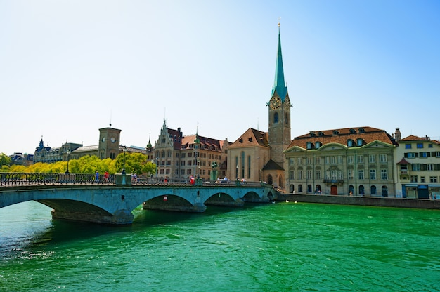 Piękne stare miasto limmat river w zurychu w szwajcarii. historyczne centrum zurychu z widokiem na rzekę i most.