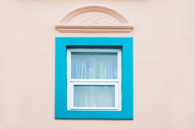 Piękne stare tradycyjne niebieskie okno z kolorową ścianą, projekt z chińsko-portugalskim