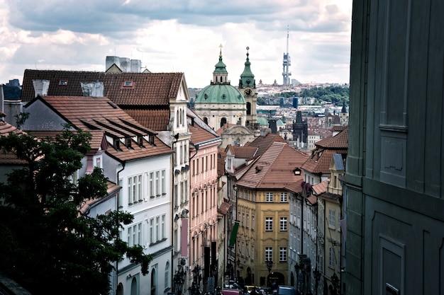 Piękne stare ulice i budynki pragi.