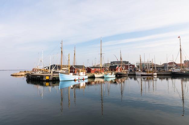 Piękne stare żagiel łodzie kłama przy zatoką w holbaek, miasteczko w zelandia, dani.