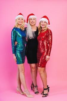 Piękne starsze kobiety w świątecznej sukience elgant zabawy na imprezie