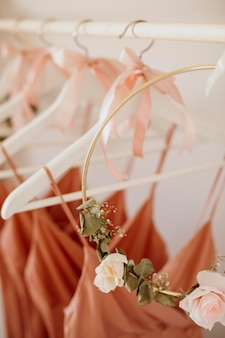 Piękne sukienki druhen w wieszakach