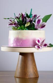Piękne świąteczne ciasto ozdobione świeżymi kwiatami.
