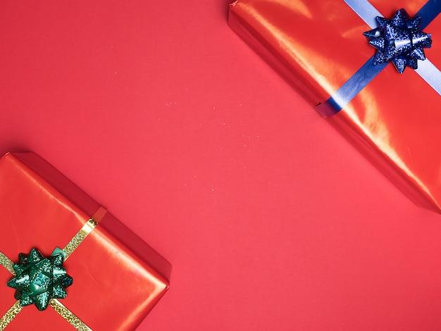 Piękne świąteczne czerwone pudełko gif na czerwonym tle. styl elegancji