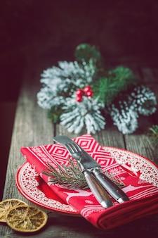 Piękne świąteczne nakrycie stołu z dekoracjami świątecznymi