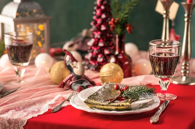 Piękne świąteczne nakrycie stołu z dekoracjami w stylu vintage