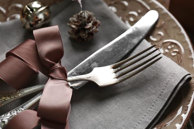 Piękne świąteczne nakrycie stołu z dekoracjami