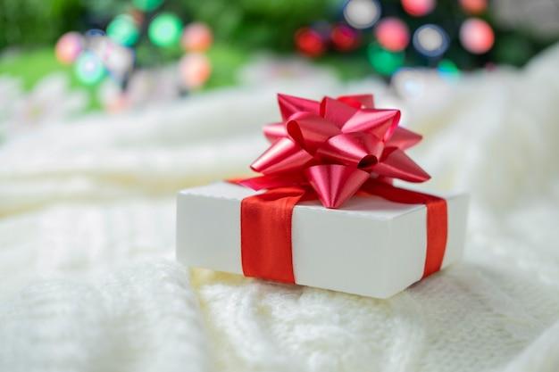 Piękne świąteczne pudełko z niespodzianką z czerwoną kokardką na walentynki