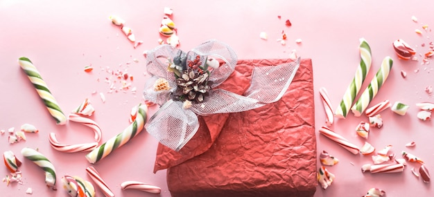 Piękne świąteczne pudełko z różnymi kolorowymi słodyczami