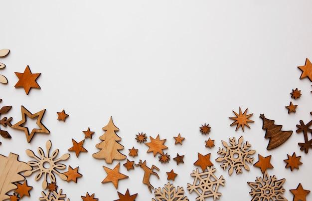 Piękne świąteczne tło z dużą ilością małych drewnianych dekoracji na białym biurku.